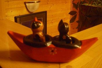赤いカヌーと猫