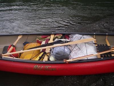 カヌーに積んだ荷物